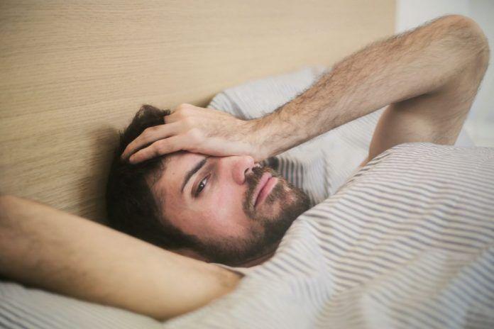 ¿Te cuesta levantarte temprano? Sigue estos tips