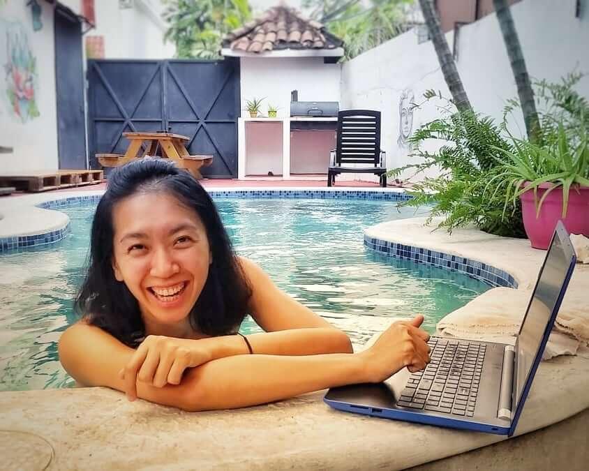 Mei 在游泳池工作