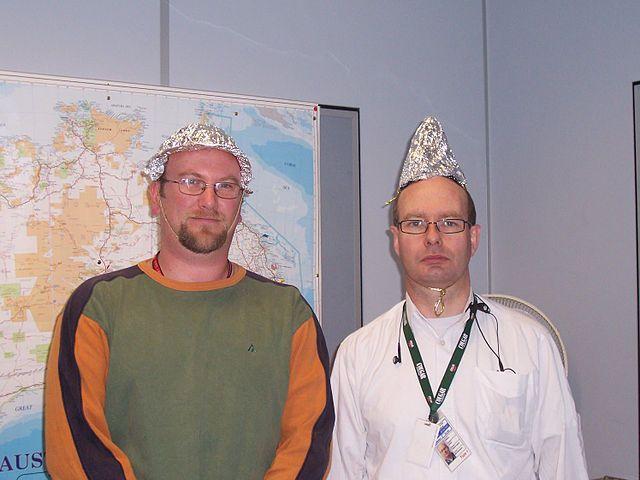 کلاه فویلی که به اعتقاده عدهای از ذهنخوانی مردم توسط حکومتها جلوگیری میکند